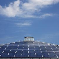 Sonnenenergie, Spitzdach mit Solarkollektoren bestueckt. Dach eines Supermarktes. Ruegen, Mecklenburg-Vorpommern, Deutschland, Europa.