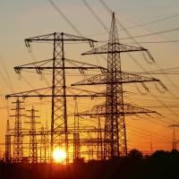 Strommasten, Hochspannungsleitungen, Energieversorgung. Sonnenuntergang im Essener Stadtteil Karnap. Essen, NRW, Deutschland, Europa