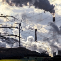 Windenergieanlage auf der Halde Scholven, direkt neben dem E.ON Steinkohle Kraftwerk Scholven. Hochspannungsleitungen. Gelsenkirchen, NRW, Deutschland, Europa.